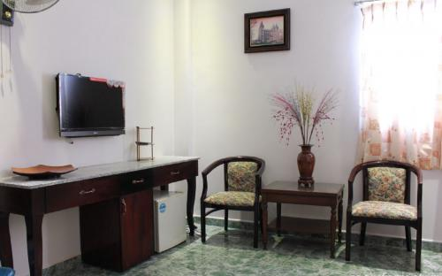 Table Superior Room Binh Thanh District